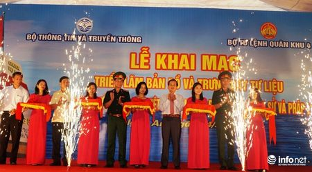 Bo TT&TT trao tang ban do, tu lieu ve Hoang Sa, Truong Sa cho Quan khu 4 - Anh 4