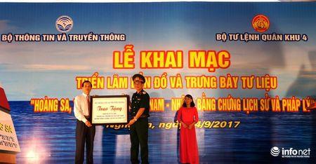 Bo TT&TT trao tang ban do, tu lieu ve Hoang Sa, Truong Sa cho Quan khu 4 - Anh 6