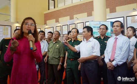 Bo TT&TT trao tang ban do, tu lieu ve Hoang Sa, Truong Sa cho Quan khu 4 - Anh 8