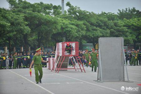 Hang tram chien sy canh sat tham gia thi tai Cuu nan cuu ho - Anh 5