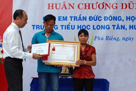 Truy tang 'Huan chuong dung cam' cho chau be quen minh cuu 4 ban duoi nuoc - Anh 1