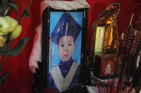 Truy tang 'Huan chuong dung cam' cho chau be quen minh cuu 4 ban duoi nuoc - Anh 2