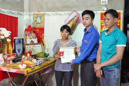 Truy tang 'Huan chuong dung cam' cho chau be quen minh cuu 4 ban duoi nuoc - Anh 3