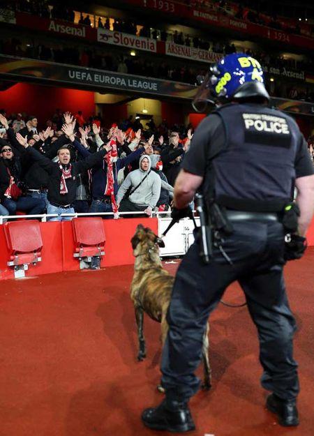 Fan qua khich Cologne lam loan doa Arsenal, thanh London that thu - Anh 14