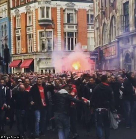 Fan qua khich Cologne lam loan doa Arsenal, thanh London that thu - Anh 1