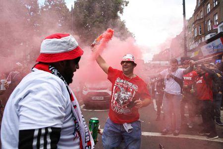 Fan qua khich Cologne lam loan doa Arsenal, thanh London that thu - Anh 2