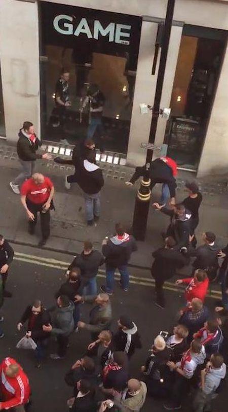 Fan qua khich Cologne lam loan doa Arsenal, thanh London that thu - Anh 3