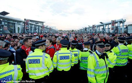 Fan qua khich Cologne lam loan doa Arsenal, thanh London that thu - Anh 9