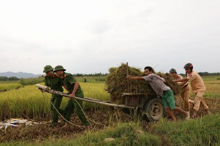 Cong an Ha Tinh sat canh cung nguoi dan ung pho bao so 10 - Anh 3