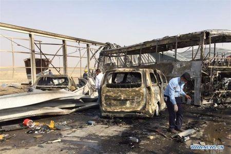 Danh bom xe va xa sung quanh nha hang Iraq, 83 nguoi thiet mang - Anh 2