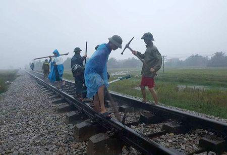 Gan 30 diem tren tuyen duong sat Thong Nhat bi anh huong do bao so 10 - Anh 1