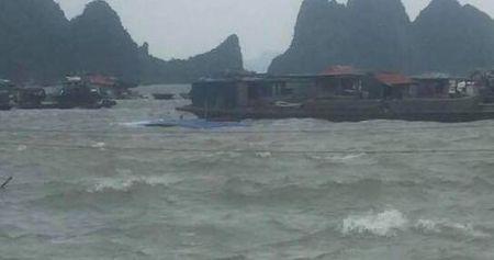 Quang Ninh: Bao so 10 chua do bo da nhan chim 2 tau, 10 nguoi thoat chet - Anh 1