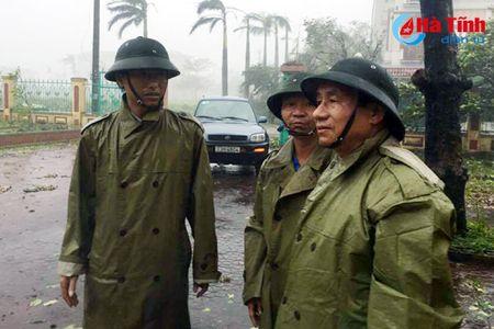 Bi thu Tinh uy Le Dinh Son: Mong ba con vuot qua kho khan, chung tay khac phuc hau qua - Anh 1