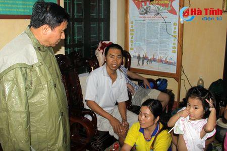 Bi thu Tinh uy Le Dinh Son: Mong ba con vuot qua kho khan, chung tay khac phuc hau qua - Anh 2