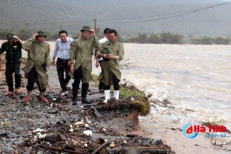 Bi thu Tinh uy Le Dinh Son: Mong ba con vuot qua kho khan, chung tay khac phuc hau qua - Anh 3