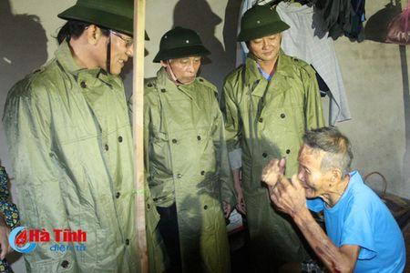 Bi thu Tinh uy Le Dinh Son: Mong ba con vuot qua kho khan, chung tay khac phuc hau qua - Anh 5