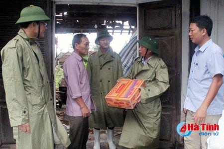 Bi thu Tinh uy Le Dinh Son: Mong ba con vuot qua kho khan, chung tay khac phuc hau qua - Anh 6