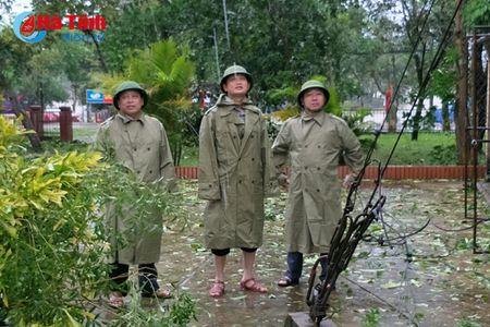 Bi thu Tinh uy Le Dinh Son: Mong ba con vuot qua kho khan, chung tay khac phuc hau qua - Anh 8