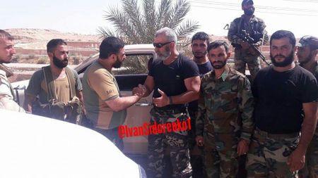 'Ho Syria' tien phong dap tan IS, chiem can cu phong khong o Deir Ezzor (video) - Anh 1