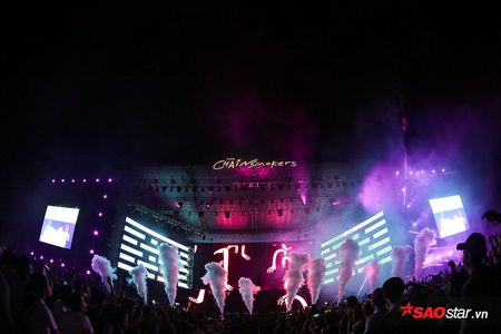 The Chainsmokers dien xong, fan van nan lai nghe Phillip Nguyen cam on day xuc dong - Anh 1