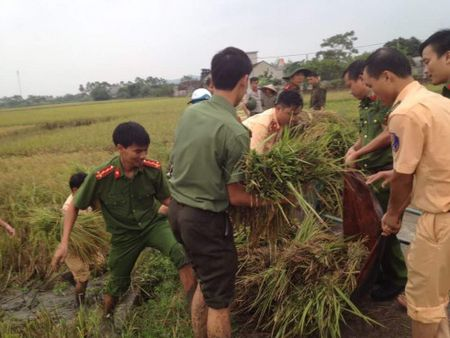 Thanh Hoa: Cong an Dong Son xuong dong giup dan chong bao so 10 - Anh 3