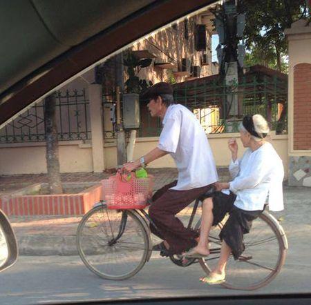 Clip: So vo bi uot chan, cu ong cong ba qua doan duong ngap nuoc khien dan mang phat sot - Anh 5