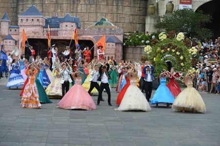 Pho di bo Ho Guom don show trinh dien Carnival quoc te lon nhat tu truoc den nay - Anh 2