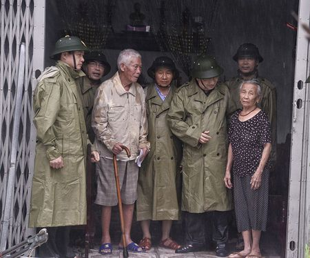 Pho Thu tuong Trinh Dinh Dung thi sat vung bao Ha Tinh - Anh 5