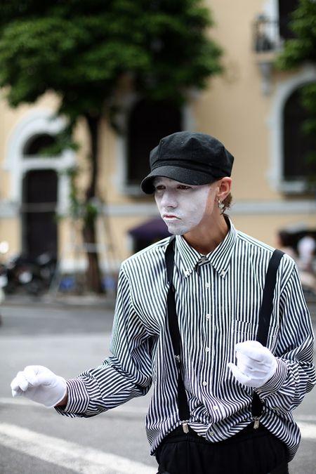 Pho di bo Ha Noi nhon nhip ca vu bat chap giong bao - Anh 5