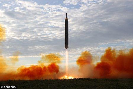Kim Jong-un vo tay xem ban ten lua bay xa chua tung thay - Anh 3