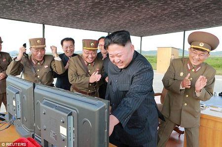 Kim Jong-un vo tay xem ban ten lua bay xa chua tung thay - Anh 4