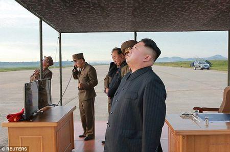 Kim Jong-un vo tay xem ban ten lua bay xa chua tung thay - Anh 5