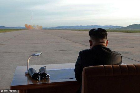 Kim Jong-un vo tay xem ban ten lua bay xa chua tung thay - Anh 7