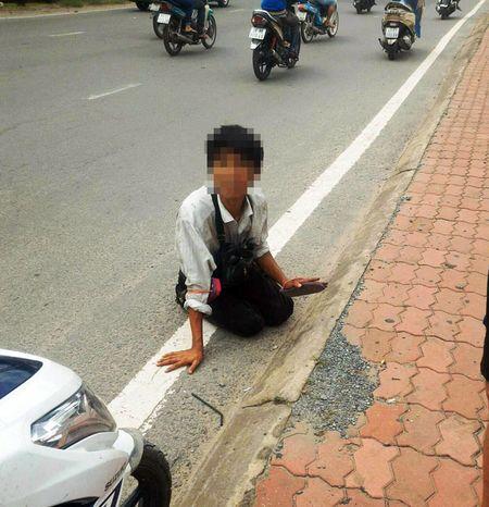 Vu thanh nien 'bai liet' let duong bat ngo dung day: Co gi 'nem da'? - Anh 1