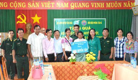 Tang 1.000 quyen vo cho hoc sinh ngheo Campuchia - Anh 1