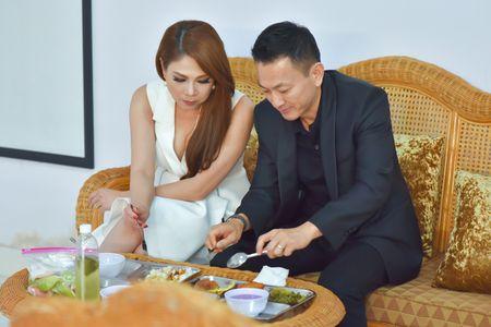 Ban trai an com binh dan cung Thanh Thao o phim truong - Anh 1