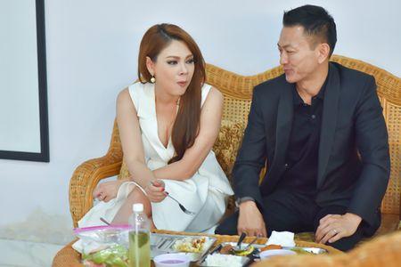 Ban trai an com binh dan cung Thanh Thao o phim truong - Anh 2