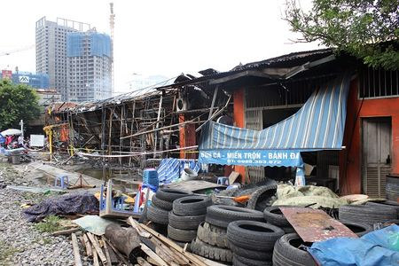 Hien truong do nat sau vu chay sieu thi 2 tang tren duong Giai Phong o Ha Noi - Anh 4