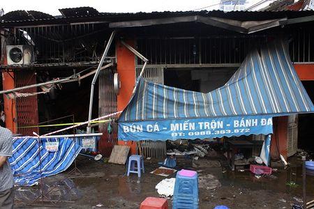 Hien truong do nat sau vu chay sieu thi 2 tang tren duong Giai Phong o Ha Noi - Anh 7