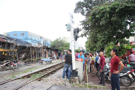 Hien truong do nat sau vu chay sieu thi 2 tang tren duong Giai Phong o Ha Noi - Anh 9