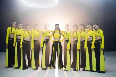 Mac thi truong day ballad lui tim,Yen Trang '1 minh 1 ngua' quay voi nhac dance boc lua - Anh 3