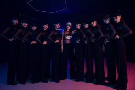 Mac thi truong day ballad lui tim,Yen Trang '1 minh 1 ngua' quay voi nhac dance boc lua - Anh 4