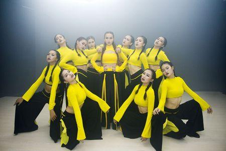 Mac thi truong day ballad lui tim,Yen Trang '1 minh 1 ngua' quay voi nhac dance boc lua - Anh 5