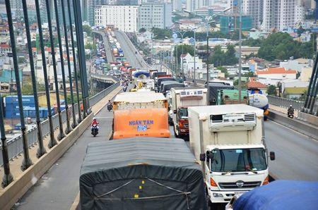 Tai xe mac vong ngu vi hang tram xe 'chon chan' tren cau Phu My hon 5 gio - Anh 1