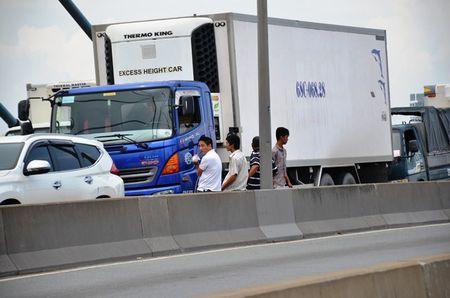 Tai xe mac vong ngu vi hang tram xe 'chon chan' tren cau Phu My hon 5 gio - Anh 2