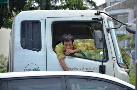 Tai xe mac vong ngu vi hang tram xe 'chon chan' tren cau Phu My hon 5 gio - Anh 5