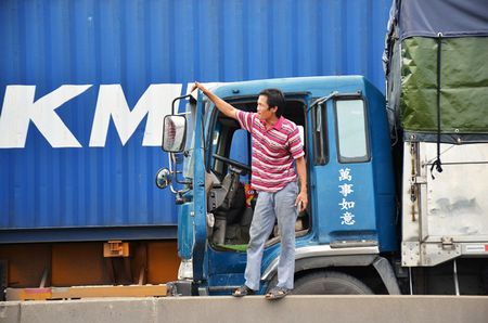 Tai xe mac vong ngu vi hang tram xe 'chon chan' tren cau Phu My hon 5 gio - Anh 7
