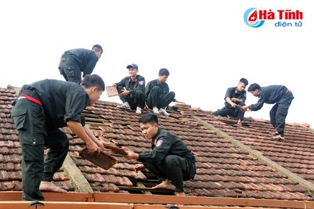 Luc luong quan su, cong an giup dan khac phuc bao so 10 - Anh 10