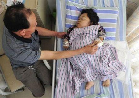 Bat chap tinh mang de sinh con, ba me khuyet tat lay di nuoc mat nghin nguoi - Anh 1