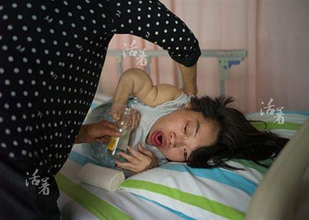 Bat chap tinh mang de sinh con, ba me khuyet tat lay di nuoc mat nghin nguoi - Anh 5